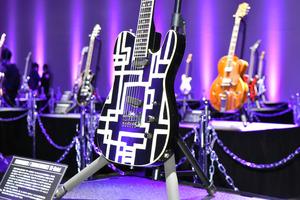展示された布袋寅泰さん愛用のギター=2020年11月21日午後0時11分、群馬県高崎市岩押町、中村瞬撮影