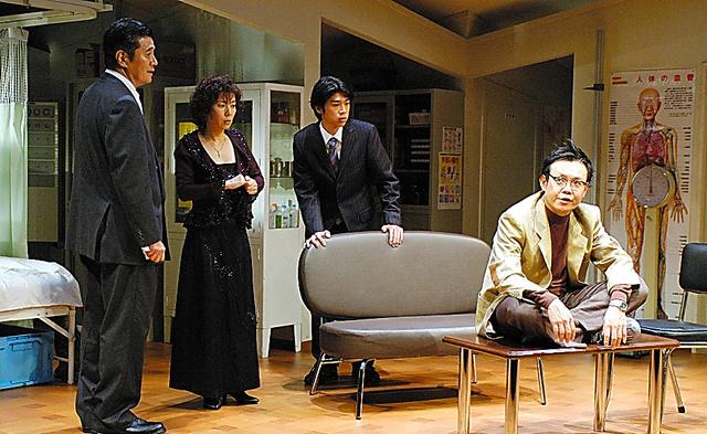 2005年に初演された「歌わせたい男たち」=林渓泉氏撮影、二兎社提供