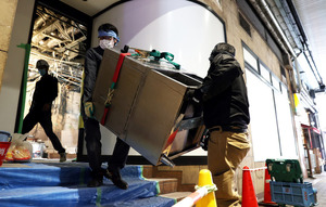 コロナ禍で閉店した飲食店から大型の厨房機器が運び出される=2020年10月7日午前11時44分、大阪市北区、柴田悠貴撮影
