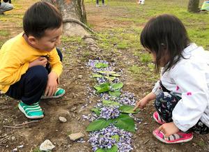 公園で遊ぶ長男(左)と長女