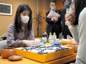 女流本因坊位を奪還した藤沢里菜女流名人。右は敗れた上野愛咲美女流本因坊=東京・市ケ谷の日本棋院