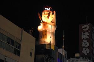 道頓堀にお目見えした「串かつだるま」のシンボル「だるま大臣」の巨大な像=2020年11月25日午後5時58分、大阪市中央区、添田樹紀撮影