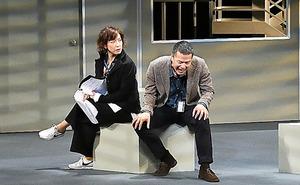 2017年に上演された「ザ・空気」。若村麻由美さん(左)と田中哲司さん=本間伸彦氏撮影、二兎社提供
