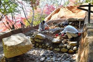 中尾山古墳の墳丘1段目と2段目。左は石造物=奈良県明日香村、井手さゆり撮影