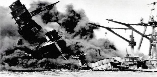 <1941年12月7日(日本時間8日)> 真珠湾(パールハーバー)で日本軍の攻撃を受け、黒煙を上げて沈む戦艦アリゾナ