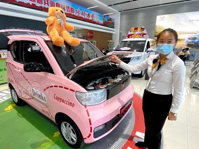 ディーラーの最も目立つ場所に展示された「宏光ミニEV」。日本の軽ワゴン車より少し小ぶりなつくりだ=2020年10月22日、広州、奥寺淳撮影