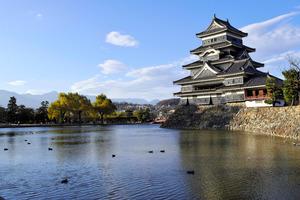 松本城の美しい景観を作り出す内堀の水面=松本市