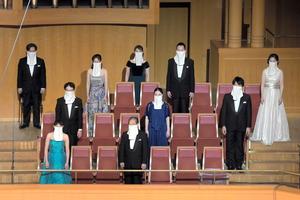 「歌えるマスク」をつけて歌う合唱団=2020年11月5日、名古屋市東区の愛知県芸術劇場、同劇場提供