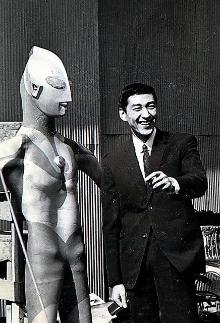 撮影所でウルトラマンと対面。斬新なデザインにほれ込んでしまったという=本人提供