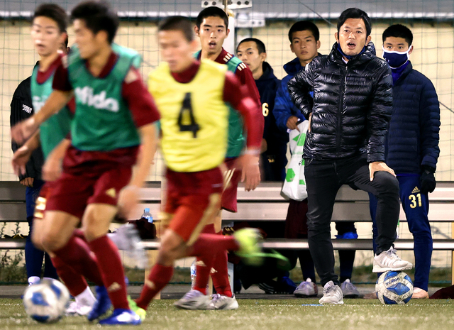 ピッチでの練習で選手に指示を出す内野智章監督(右から2人目)。「練習でいいプレーをしたら、監督はしっかり言葉にして自信を持たせてくれる」と選手の一人は話す=堺市堺区