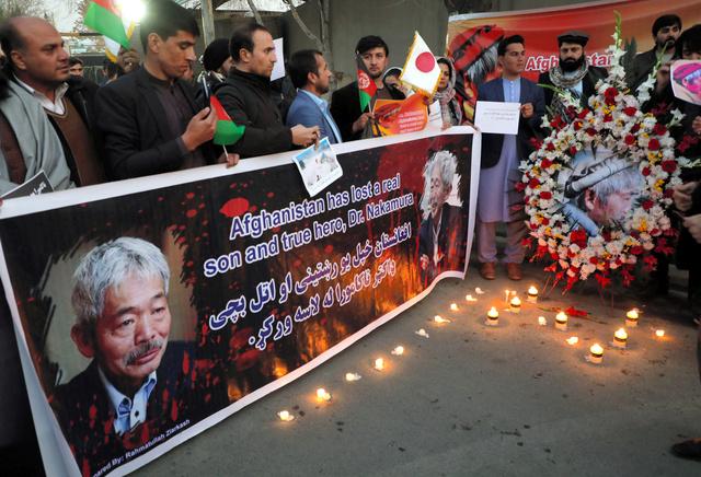 アフガニスタンの首都カブールでキャンドルをともして中村哲さんを追悼する人々=2019年12月5日、ロイター