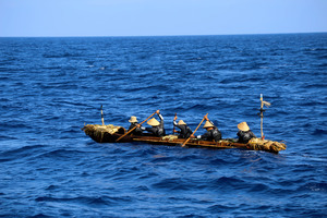 2019年に台湾から与那国島へ渡った丸木舟による航海実験の様子(「3万年前の航海 徹底再現プロジェクト」提供)
