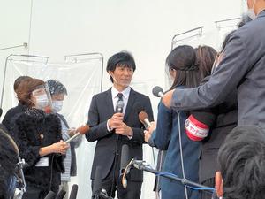 報道陣の取材に答える渡部建さん(中央)==2020年12月3日午後、東京都内、大野択生撮影