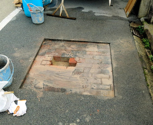 敷き詰められていたれんがが見つかった試掘場所(津山市提供)