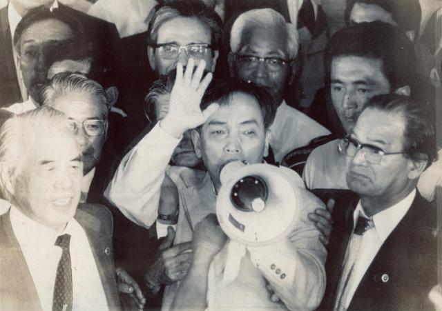 死刑囚として国内で初めて再審無罪となった「免田事件」の免田栄さん。判決後にハンドマイクで支援者にあいさつした=1983年7月15日