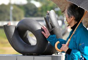 昭和橋のモニュメント。最初の作品は壊され、設置し直したものだという=2020年11月23日、岐阜県多治見市広小路、戸村登撮影