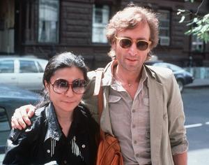 ニューヨークで1980年8月、レコーディングスタジオに到着したジョン・レノンとオノ・ヨーコさん=AP