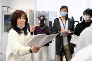 学生にマイク前の立ち方を指導する中川奈美さん(左)=2020年12月7日午前9時58分、松山市、照井琢見撮影