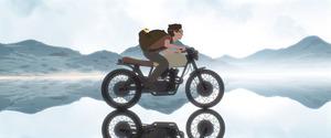 「Away」から、バイクで湖面を走る少年