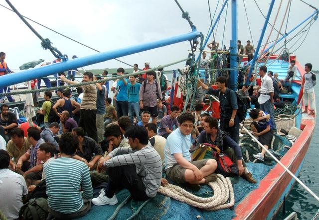 オーストラリアを目指していた難民希望者を乗せた漁船。パキスタンやイラク、アフガニスタンなどから逃れてきたという=2011年5月24日、ロイター