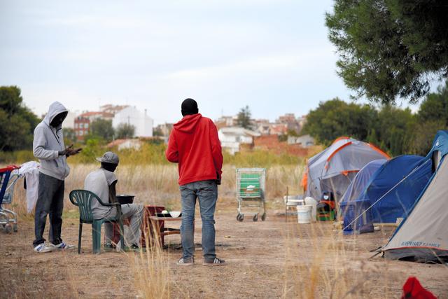 スペイン南東部アルバセテ郊外でテント暮らしを送る移民=10月21日、疋田多揚撮影