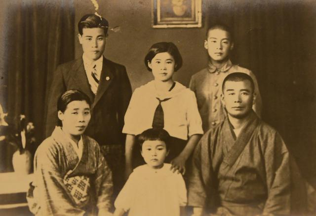 大阪大空襲の前に吉田栄子さん(手前中央)が両親やきょうだいと撮った写真。両親の写真はこれが唯一だという=吉田さん提供