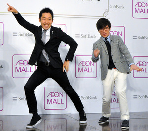 お笑いコンビ「オリエンタルラジオ」の中田敦彦さん(左)と藤森慎吾さん=2015年