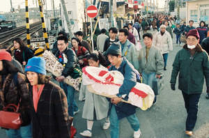 混雑する阪急西宮北口駅前。同駅より西は地震の影響で不通になっているため、大阪方面に向かう人や、大阪方面から来た人たちが集中した=1995年1月19日午後4時、兵庫県西宮市、青山芳久撮影