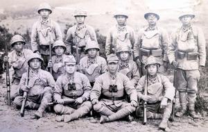 初年兵と、その教育係だった野原さん(前列左から2人目)。この後、宇治へ派遣された=昭和19年12月、岐阜県中津川市、野原さん提供