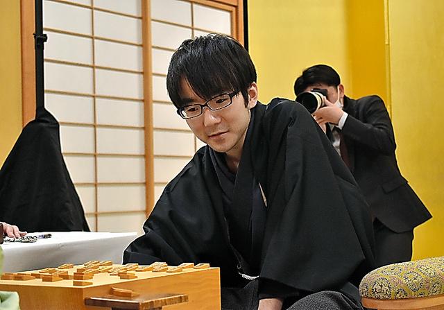 第45期棋王戦五番勝負第4局を終え、対局を振り返る本田奎五段=2020年3月