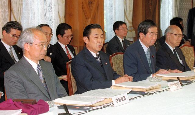 1997年5月、行政改革会議に臨む橋本龍太郎首相(前列左から2番目)。初めて小選挙区制で行われた96年の衆院選で小沢一郎党首が率いる新進党を破った。行政、財政、教育、社会保障などの「6大改革」を掲げ、財政再建のため消費税率を3%から5%に引き上げたが、98年参院選での自民党大敗で退陣した