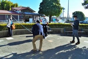 「シウマイ像」の設置場所を検討する石井琢郎さん(左から3人目)ら=2020年11月28日午前10時29分、JR鹿沼駅前、中野渉撮影