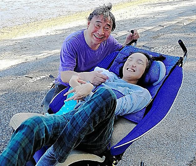 娘の仲山千尋さん(右)と夫の公昭さん。2年ほど前、自宅近くの海岸で=本人提供