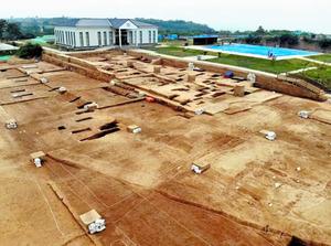 中国河南省鞏義市の双槐樹遺跡で進む発掘調査=新華社通信