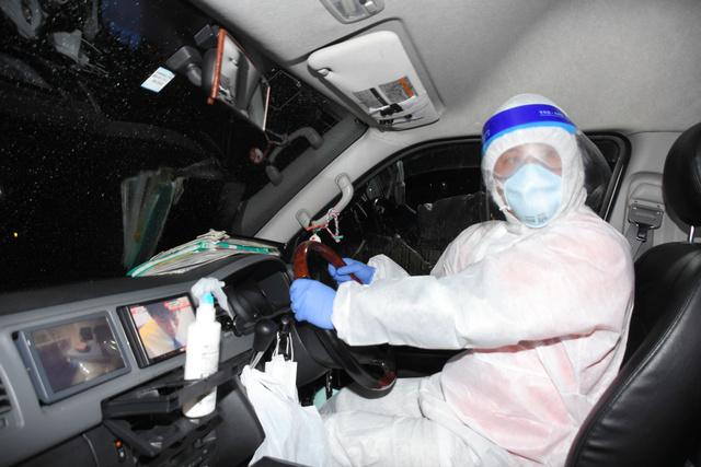 新型コロナウイルス感染者を搬送する介護タクシー運転手の迫田塁さん=2020年12月24日午後5時48分、愛知県瀬戸市、小林圭撮影