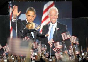 2008年11月、米シカゴで開かれた大統領選の勝利宣言集会で、次期大統領のオバマ氏とともに支持者に手を振る次期副大統領のバイデン氏(右)