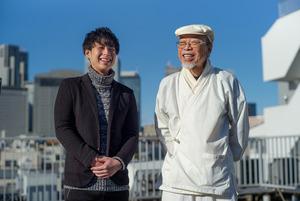 小椋佳さん(右)と林部智史さん=篠田英美撮影