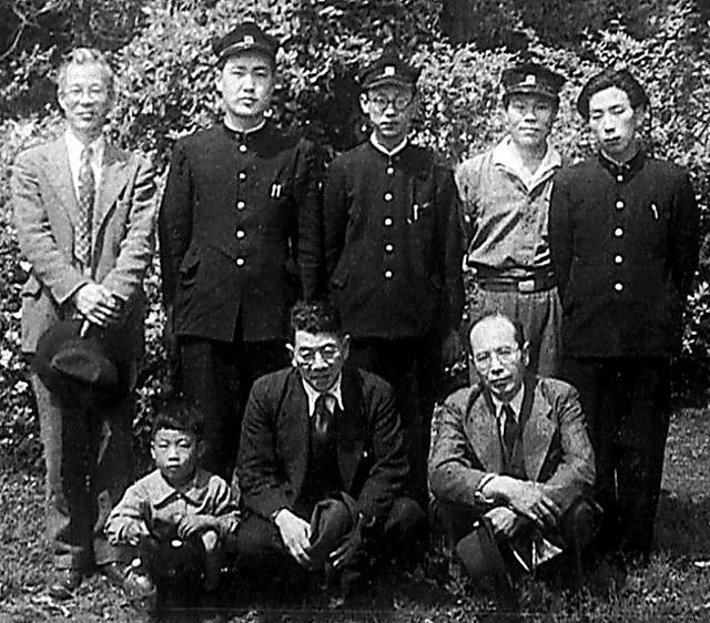 1951年、東大国文学科の遠足で久松潜一さん(前列中央)、池田亀鑑(きかん)さん(同右)らと(後列中央)=本人提供