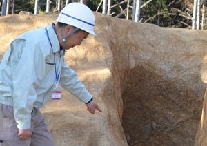 飛鳥時代の「のろし台」とみられる遺構。すり鉢状の穴の中は黒くすすけるなどしていた=2020年12月10日、奈良県高取町、清水謙司撮影