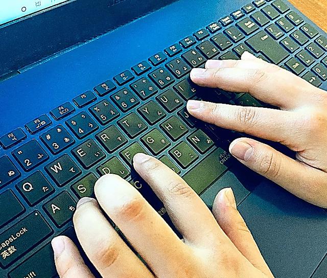 まだ回復は進まず、パソコンでの作業を1時間ほどすると休息を取らなければならない=女性提供