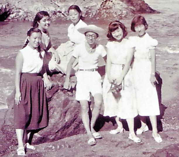 東大大学院で学びながら、高校の非常勤講師を務めた20代半ば。東京都立富士高校の臨海学校で、生徒たちと(中央)=本人提供