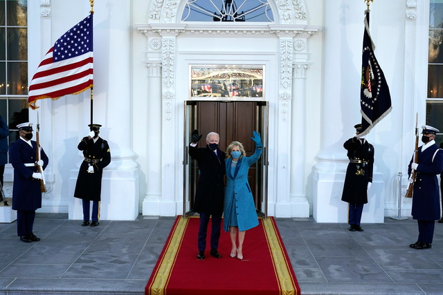 ワシントンで20日、ホワイトハウスに到着したバイデン氏(中央左)と妻ジル氏(中央右)=AP