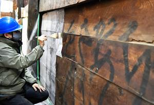 願興寺本堂の壁に墨で書かれた「落書き」。解体作業で傷つかないよう保護している=2020年12月8日、岐阜県御嵩町御嵩、戸村登撮影