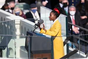 20日、バイデン米大統領の就任式で自作の詩を朗読するアマンダ・ゴーマンさん=ワシントン、ランハム裕子撮影