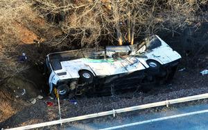 道路から転落し、大破したバス=2016年1月15日午前8時10分、長野県軽井沢町、朝日新聞社ヘリから、堀英治撮影