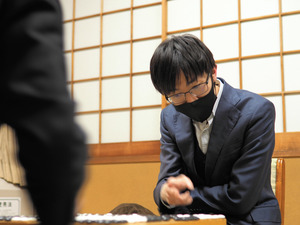 開幕2連勝し、2月に一力遼天元との首位決戦に臨む許家元八段=21日、東京・市ケ谷の日本棋院