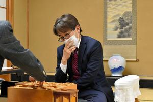 勝って3勝4敗とした羽生善治九段=2021年1月21日、東京都渋谷区