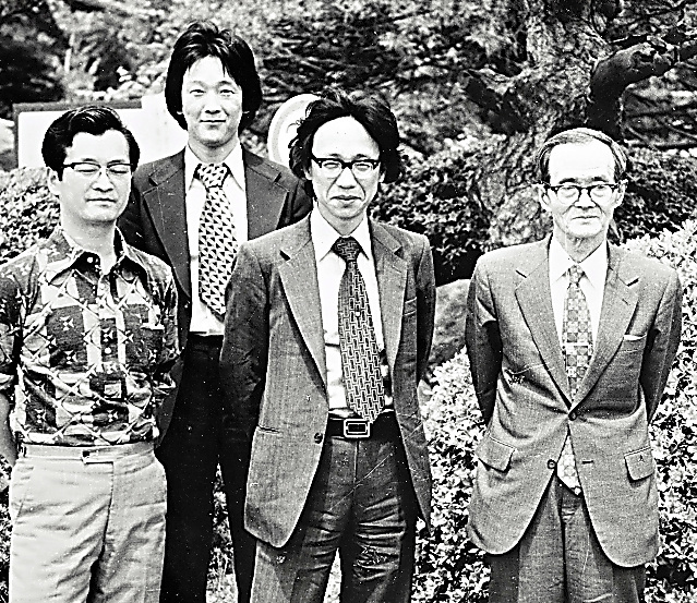 1976年、成城大教授だったころ(左から3人目)。教え子で古代文学研究者の三浦佑之さん(左から2人目)らと出席した学会で=本人提供