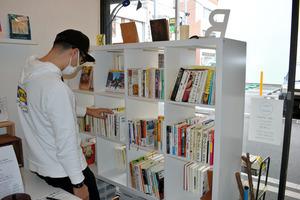 店外と店内双方に本の題名を向けている本棚=兵庫県姫路市二階町