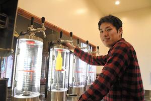 ペットボトルに生ビールを入れる西堂さん=2020年12月25日、埼玉県上尾市西門前、黒田早織撮影